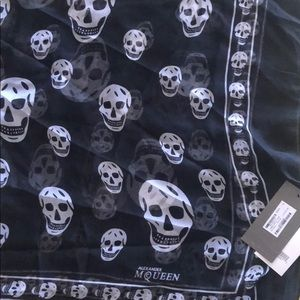 NWT Alexander McQueen black and white skull scarf